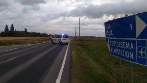 Polisbil med blåljus på på vägen till flygplatsen.