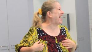 Ohjaaja Eija Ahvo lämmittelee laulajia iloisesti nauraen