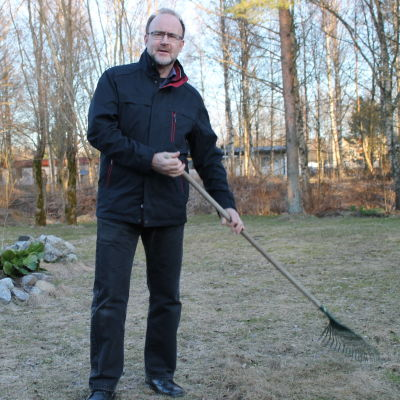 Boris Salo krattar gården