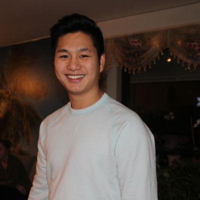 Thang Nguyen tittar in i kameran