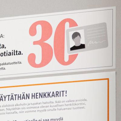 """Kaupan kassalla oleva tarra, jossa lukee: """"Tarkastamme iän asiakkailta, jotka vaikuttavat alle 30-vuotiailta."""""""