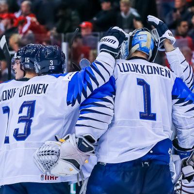Finländska segerskytten Toni Utunen klappar om målvaktshjälten Ukko-Pekka Luukkonen efter Finlands seger.