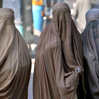 Kvinnor i burka i Peshawar i Pakistan