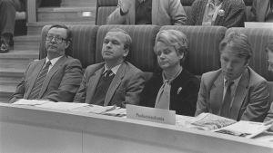 Kalevi Sorsa, Erkki Liikanen, Pirkko Työläjärvi ja Matti Ahde SDP:n kokouksessa vuonna1985.