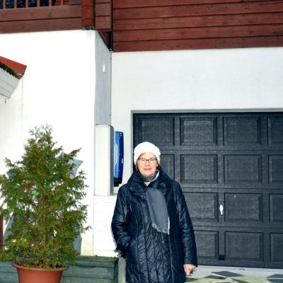 Anneli Jaakkola har tolv solpaneler på sitt hus i Tusby.