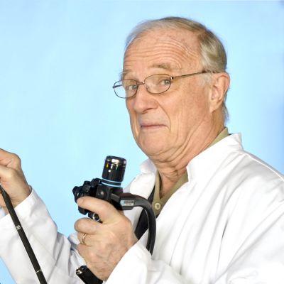 herman von numers visar upp ett gastroskop