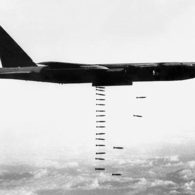 B-52-pommikone pudottamassa pommeja Vietnamin yllä vuonna 1967.