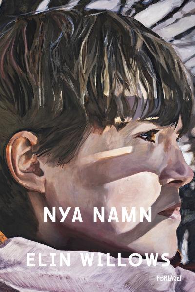 Omslaget till romanen Nya Namn av Elin Willows. På pärmen en brunhårig person som syns i profil.