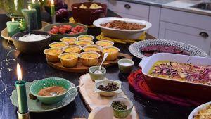 Julbord med olika maträtter i ett kök