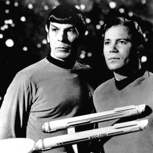 Ett svartvitt foto från 1968 av kapten Kirk och Spock ur TV-serien Star Trek.