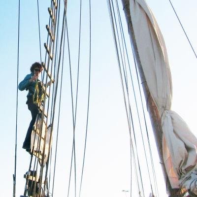 Purjelaivan mastoon kiipeämässä Päivi Leino