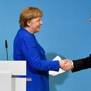 Angela Merkel och Martin Schulz skakar hand efter en gemensam presskonferens 12.1.2018.
