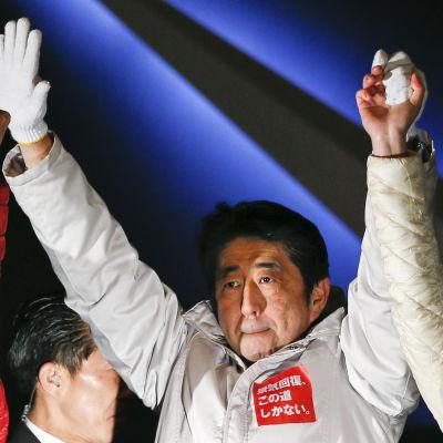 Shinzo Abe på ett valmöte i Tokyo dagen innan valet den 14 december 2014.