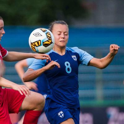 Olga Ahtinen kämpar om bollen