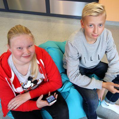 Iiris Rautiainen ja Veikko Korpikallio istuva koulussa.