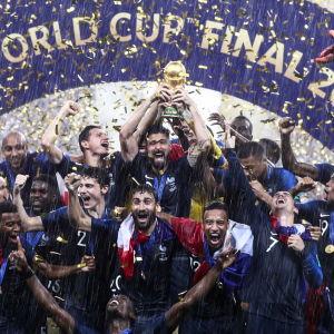 Ranskan maajoukkue juhlii jalkapallon MM-kultaa.
