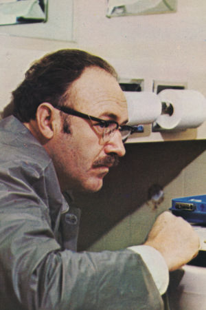 Gene Hackman työkalupakin kanssa wc:ssä. Kuva elokuvasta Keskustelu (1974).