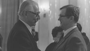 Viktor Vladimirov ja Kalevi Sorsa ministerineuvos Vladimirovin läksiäisissä Neuvostoliiton suurlähetystössä 1984