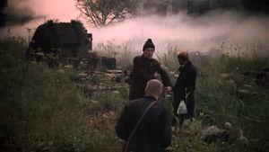 Kolme miestä sumuisessa maisemassa. Kuva elokuvasta Stalker.