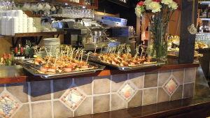Pintxos på serveringsfat i baren Salud i Tammerfors