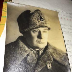 Ett svartvitt fotografi av en man i militärkläder.