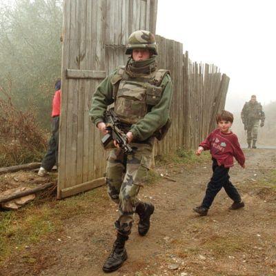 En fransk soldat som patrullerar Mitrovica regionen 1999. Området ansågs inte vara säkert för dess invånare. Det är nu delar av det här området som Kosovo potentiellt skall byta mot Serbiens Presevo dal.