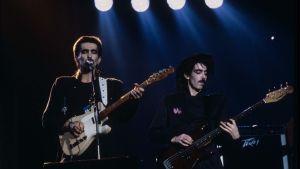 Nautilus Pompilius -yhtyeen kitaristi-laulaja Vjatsheslav Butusov ja basisti Dima Umetski.elokuvassa Sirppi ja kitara.
