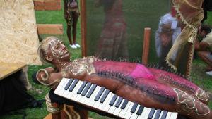 Människa kroppsmålad till ett piano