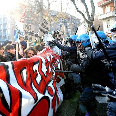Demonstranter och polis drabbar samman i Turin.