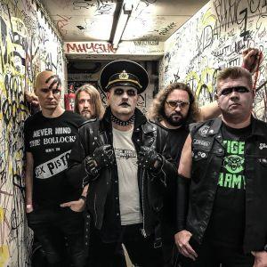 Bandet Trashcan Dance backstage på Lepakkomies-baren i Helsingfors 2018.