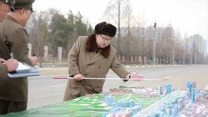 Nordkoreas ledare Kim Jong-Un ger anvisningar kring ett byggprojekt i mars 2016.