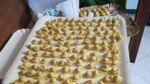 Italiensk pasta på en ugnsplåt.