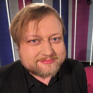 Teatteriohjaaja Lauri Maijala Puoli seitsemän studiossa, lähikuva kasvoista