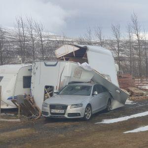 En husbil ligger på en bil i Svinadalur på Island.