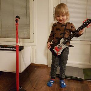 Ilmari-poika soittaa kitaraa
