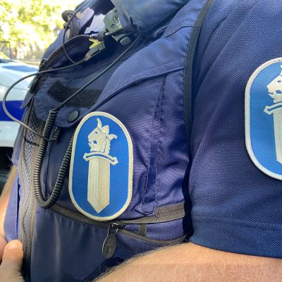 lähikuva poliisin virka-asusta