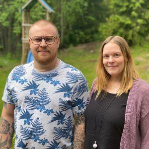 Man och kvinna framför en lekplats.