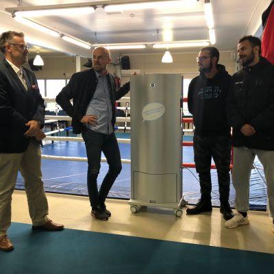 Genano Oy:n edustaja Kaj Berg esittelee ilmastointikoneen toimintaa Tero Tuomelle, Karam Hadhoundille sekä Fernando Lorente Cortesille.