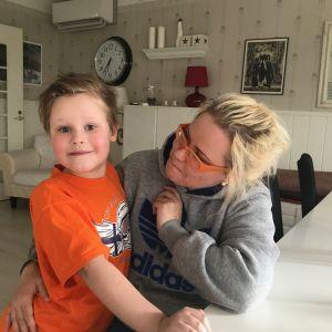 Patrik och Sofia Lempiäinen hemma vid matbordet.