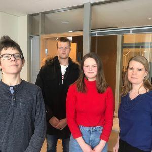 Eleverna Arnold Sågfors, Erik Strömberg och Aldrine Wallsten och modersmålsläraren Malin Björn
