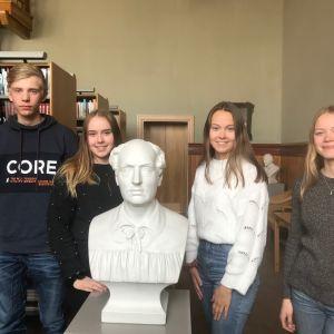 Studerande Jonathan Koivuniemi, Amanda Åby, Kajsa Smedlund, Evelina Sundvik vid Jakobstads gymnasium