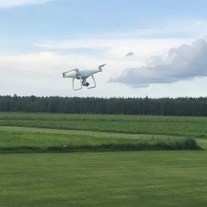 Drönare på gång vid flygklubbens flygfält i Karby