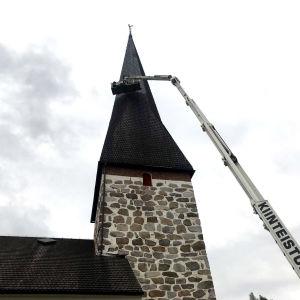 Tjärning pågår av Pedersöre kyrkas tak.