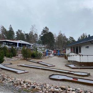 Hotellet och minigolfbanan vid Airisto gästhamn i Pargas.