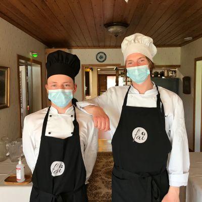 Kaksi nuorta kokkiopiskelijaa.