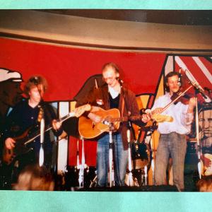 Hande Nurmio esiintyy Mayflower-yhtyeen kanssa Helsingin laulufestivaalien klubilla Bottalla 1977.