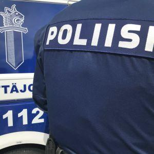 Närbild av ryggen av en polisuniform.
