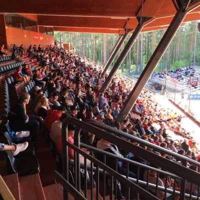 JoMan avausottelua seurasi aurinkoisessa säässä yli 1700 katsojaa.
