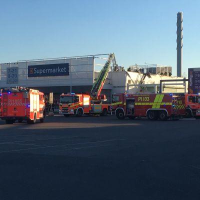 K-Supermarket där en brand släcks. Brandbilar på bilden.