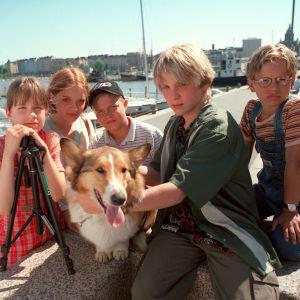 Kuusikko ja kuoleman varjot lastensarjan Kata (Heidi Heiskanen), Anna (Elena Leeve), Mikko (Petteri Erofejeff), Jani (Reino Nordin) ja Kimmo (Ilkka Ihamäki) sekä Renny-koira (Mucki).